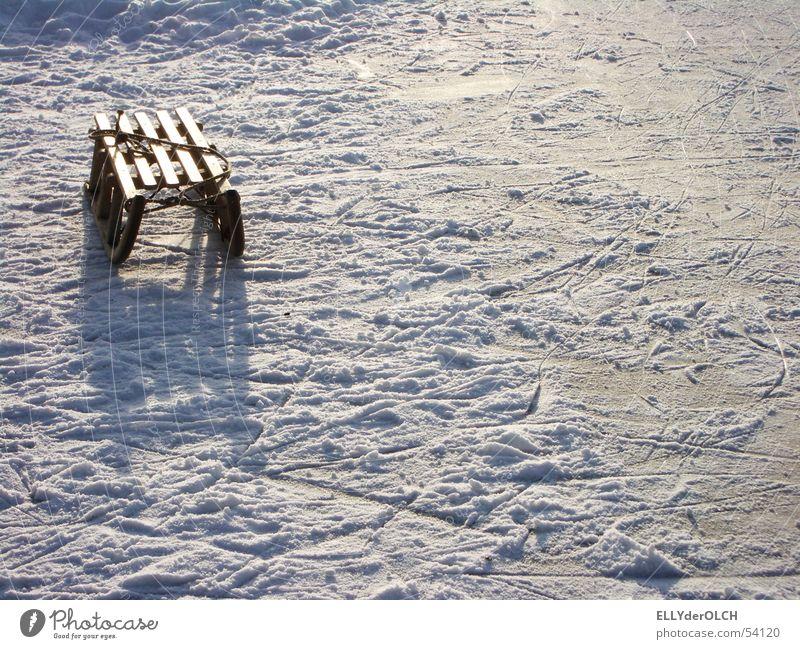 Blendende Kindheit Einsamkeit Winter kalt Schnee Spielen See Freizeit & Hobby Eis einzeln Spuren blenden Nachmittag Schlitten Rodeln Rodel