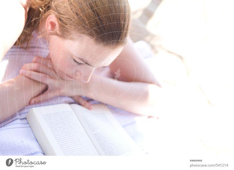 Das Mädchen mit dem Buch Mensch Jugendliche schön Sommer Sonne Meer Erholung ruhig Strand 18-30 Jahre Erwachsene feminin Schwimmen & Baden Kopf liegen blond