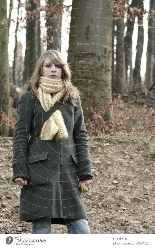 ein mädchen steht im walde, ganz still und stumm... Baum Winter ruhig Blatt Einsamkeit Wald kalt Herbst grau blond Bekleidung dick Mantel Schal stagnierend verpackt