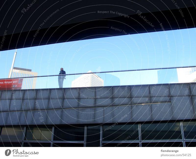 durchblick Einsamkeit stahlblau Zukunft Außenaufnahme Himmel modern Denken reflektion Stadt Architektur