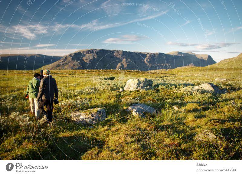 tunturi Mensch Jugendliche Ferien & Urlaub & Reisen grün Landschaft ruhig Berge u. Gebirge Leben Wiese Wege & Pfade Freiheit Felsen Horizont Stimmung