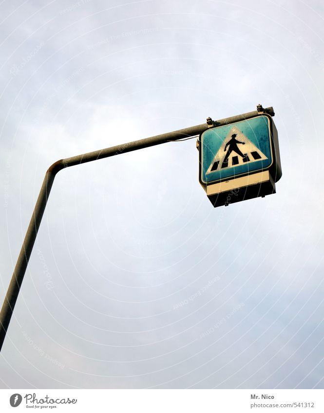 Der 7.Sinn Umwelt Himmel Wolken Straßenverkehr Fußgänger Verkehrszeichen Verkehrsschild hoch Fußgängerübergang Zebrastreifen Hinweisschild Blick nach oben