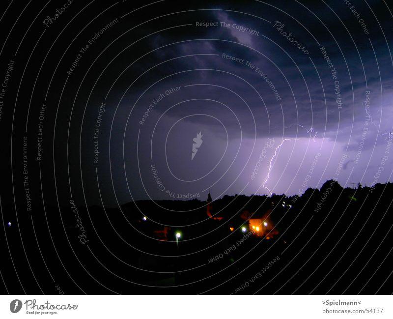 Gottes Zorn Wolken dunkel Regen hell nass gefährlich Blitze Naturgewalt