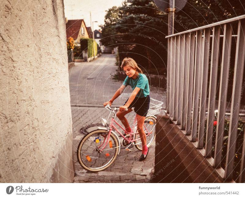 rosa Rad rosa Strümpfe Mensch Kind Stadt Mädchen schwarz feminin Sport Kindheit Fahrrad Lächeln Fitness retro Freundlichkeit Fahrradfahren festhalten