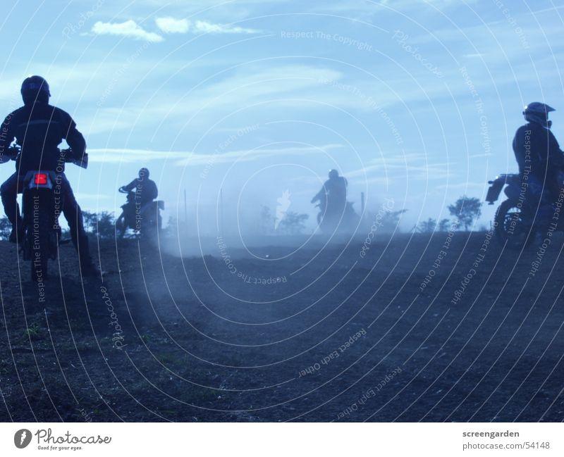 Staub Crosstraining Abenteuer Freiheit Sport Mensch Mann Erwachsene 4 Menschengruppe Sand Sommer Herbst Motorrad Bewegung Motocrossmotorrad Krach laut staubig
