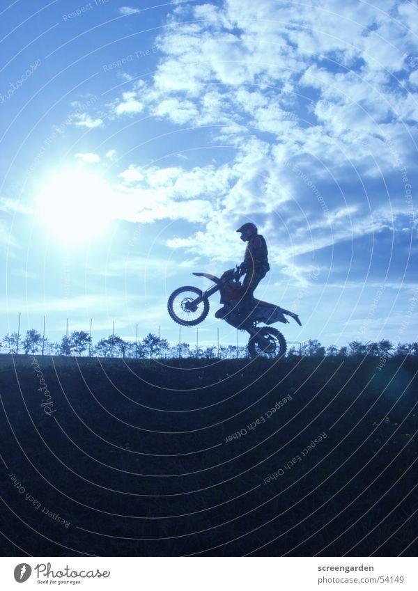 Cross springen Staub Mann Abenteuer Motocrossmotorrad Motorrad Krach Wolken mx wheely Sport Sand Abend Wüste Blauer Himmel