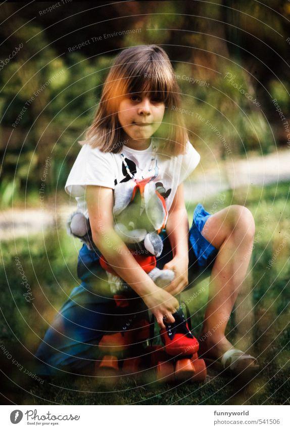 Rollergirl, damals Mensch Kind Mädchen Leben feminin Garten Freizeit & Hobby blond Kindheit sitzen beobachten niedlich retro festhalten Neugier Spielzeug