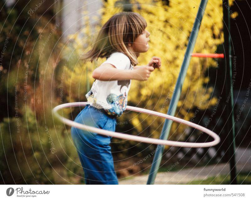 hula hoooooooop! Mensch Kind Mädchen Freude Sport lustig Spielen Glück Gesundheit Garten Kindheit Wachstum Geschwindigkeit Fröhlichkeit Fitness retro