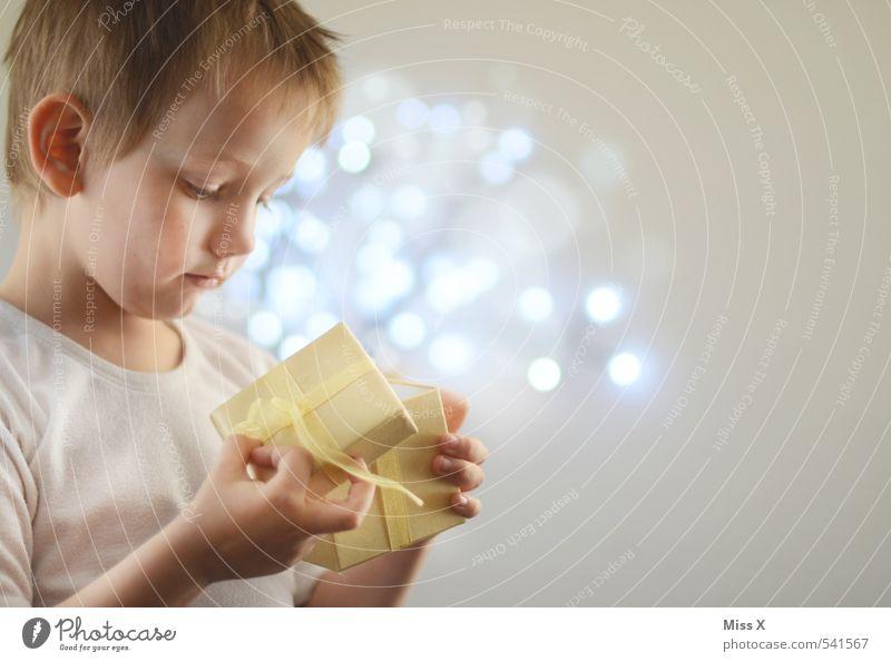 Bescherung Mensch Kind Weihnachten & Advent Freude Gefühle Junge Glück Feste & Feiern Stimmung glänzend Kindheit leuchten Geburtstag Geschenk Neugier Kleinkind