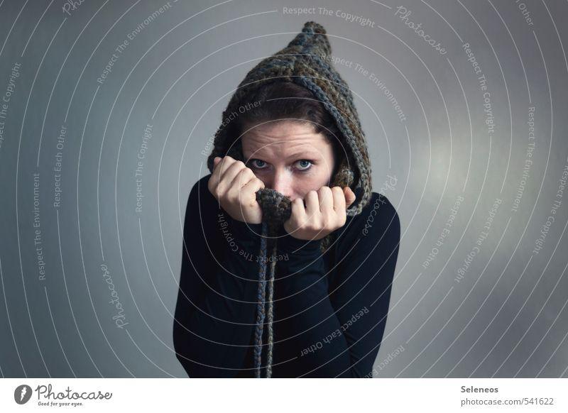 warm anziehen Mensch feminin Frau Erwachsene Gesicht 1 Winter Bekleidung Mütze frieren kalt weich Handarbeit stricken Wollmütze Farbfoto Innenaufnahme