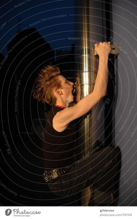 Kletterrose Nacht Nachtleben Hemmungslosigkeit hauchen atmen Dämmerung Bergsteigen Kraft Schweben Halt gefährlich Absturz Nachthimmel Physik Frau hängen unruhig