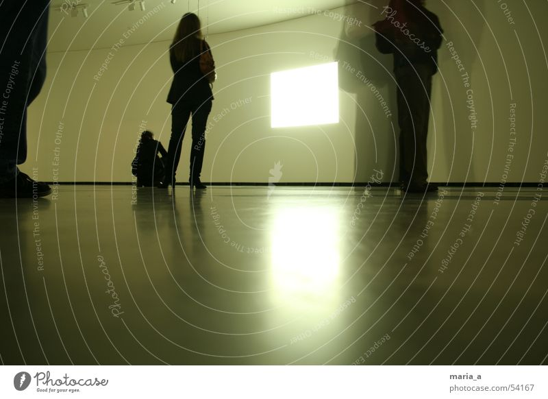 MArtA Publikum Schuhe Langzeitbelichtung Blick Video Besucher begutachten Wachsamkeit durchsichtig stehen Ausstellung Frau Mann hocken gebannt Fuß Filmindustrie