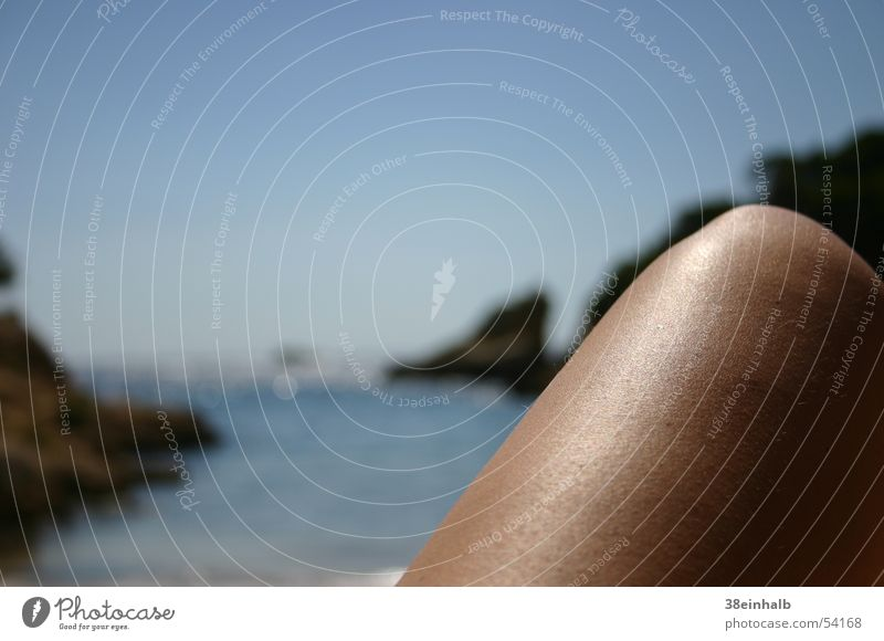 Bein am Meer Frau Wasser Himmel Sonne blau Strand Ferien & Urlaub & Reisen Einsamkeit Erholung Beine hell glänzend Felsen Europa Bucht
