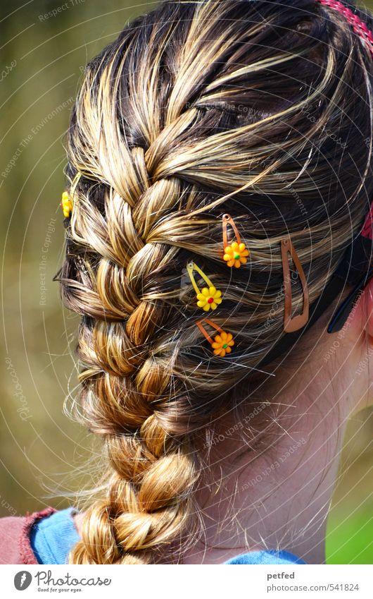 Sie Mensch Frau Jugendliche schön 18-30 Jahre Erwachsene feminin Haare & Frisuren blond Kreativität Schmuck langhaarig Zopf geflochten binden Haarspange