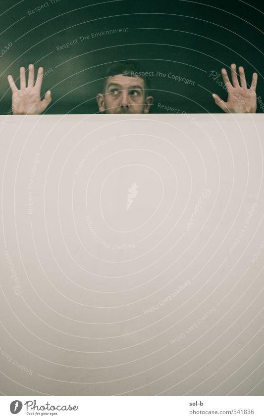 Mensch Jugendliche grün Hand Junger Mann Erwachsene dunkel Fenster Wand lustig Mauer Kopf Angst maskulin verrückt berühren