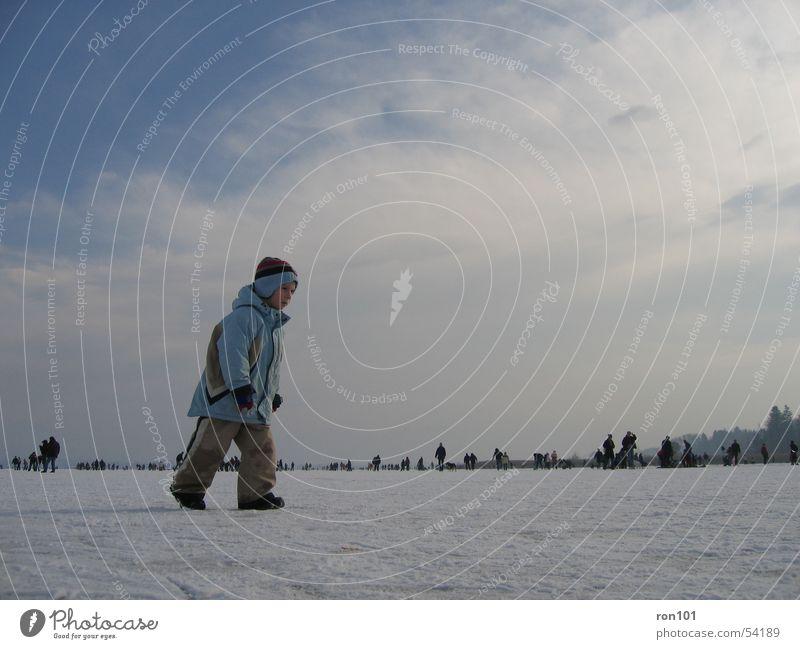 TIMON Kind See gefroren Wolken Mensch Baseballmütze Mütze Jacke Hose Winter kalt weiß Junge Eis Schnee Himmel Eisfläche kappe blau