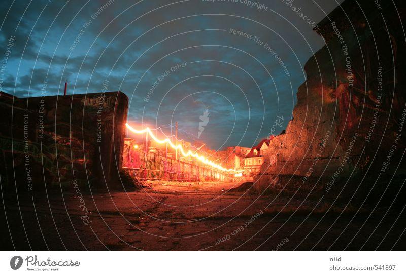 Durchbruch Himmel Wolken Nachthimmel Industrieanlage Ruine Architektur Mauer Wand blau rot Beton Lichterkette Dämmerung Graffiti Unbewohnt Kontrast Farbfoto