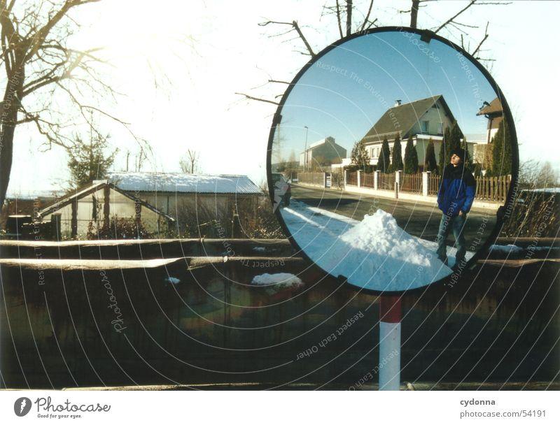 Sonnenspiegel Spiegel Eindruck Winter Haus Gartensiedlung Baum Licht Dinge spieglung Natur Landschaft Schnee Mensch Spaziergang Straße Himmel Ausflug