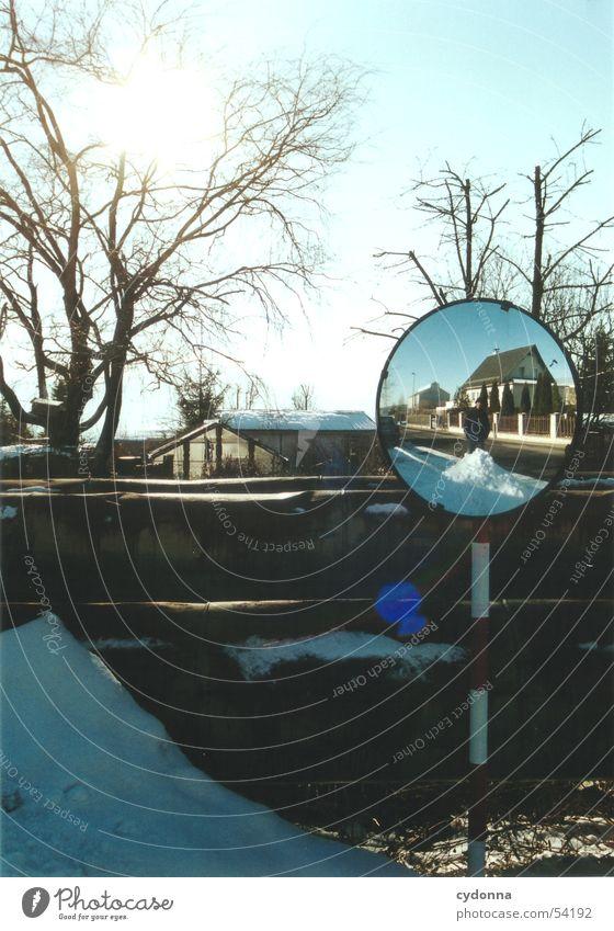 Sonnenspiegel 2 Spiegel Eindruck Winter Haus Gartensiedlung Baum Licht Dinge spieglung Natur Landschaft Schnee Mensch Spaziergang Straße Himmel Ausflug