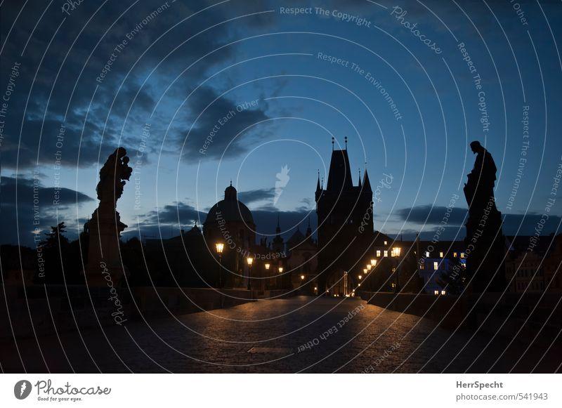 Dobré ráno, Praha Himmel blau Stadt schön Wolken Haus schwarz dunkel Gebäude grau Schönes Wetter ästhetisch Brücke historisch Straßenbeleuchtung Laterne