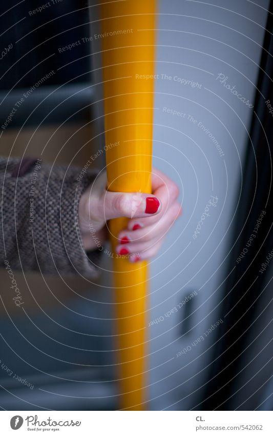 in der bahn Mensch Frau Jugendliche Ferien & Urlaub & Reisen Hand rot Junge Frau Winter 18-30 Jahre gelb Erwachsene feminin Herbst Verkehr warten Ausflug