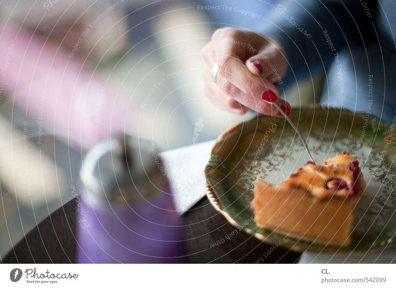 kuchen essen Mensch Frau Jugendliche Hand Junge Frau 18-30 Jahre Erwachsene feminin Essen Lebensmittel Freizeit & Hobby Zufriedenheit Ernährung genießen Finger