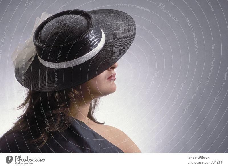 Hut Frau weich schwarz weiß dunkel kalt anonym Tuch unnabar portrait vor grauem hintergrund studioaufnahme mit blitz
