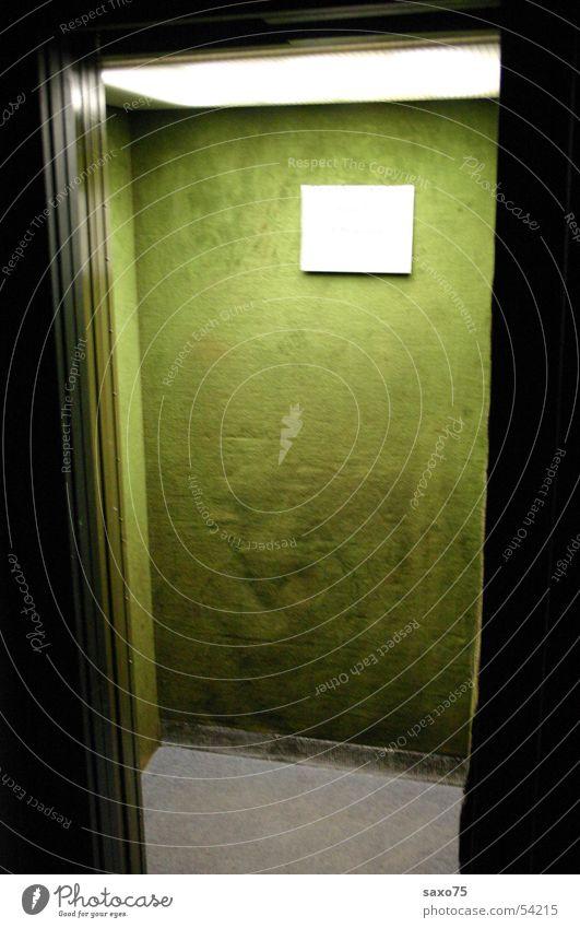 Abwärts Fahrstuhl grün Licht Samt dunkel
