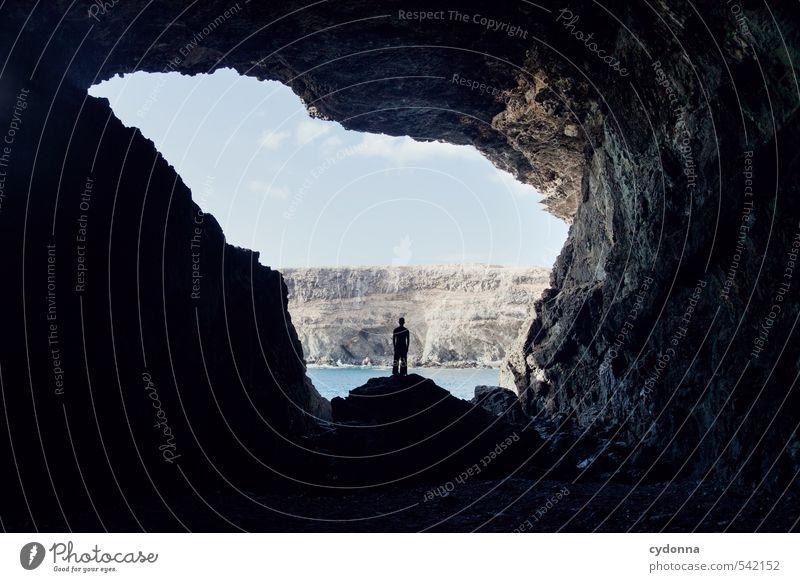 Stehen bleiben Mensch Natur Ferien & Urlaub & Reisen Erholung Meer Einsamkeit Landschaft ruhig Ferne Berge u. Gebirge Leben Freiheit Felsen Horizont träumen