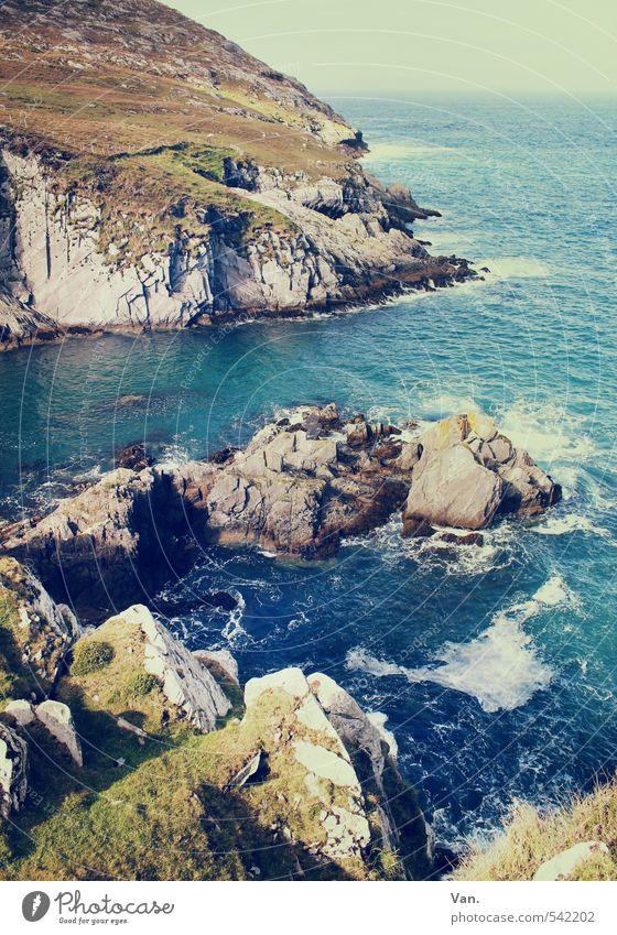 Steinsuppe Ferien & Urlaub & Reisen Meer Insel Natur Landschaft Wasser Himmel Schönes Wetter Gras Felsen Wellen Küste Bucht Atlantik wild blau Gischt Farbfoto