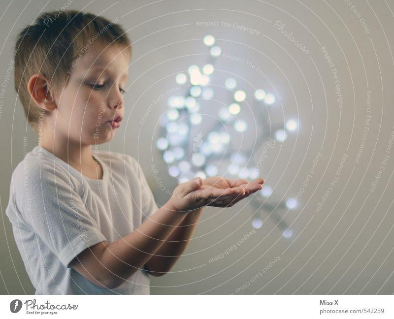 Zauberer Mensch Kind Hand Freude Gefühle Junge Glück träumen Stimmung fliegen maskulin glänzend Kindheit leuchten Energiewirtschaft Zukunft