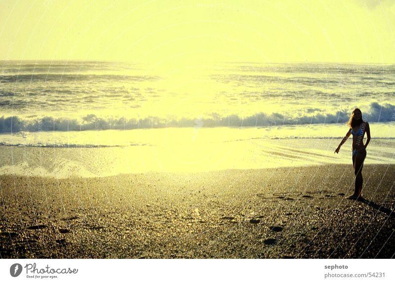 Shorebreak der Liebe Frau Sonne Meer Strand Einsamkeit Erholung gelb Küste Sand Wellen einzeln Sommerurlaub Abenddämmerung Brandung Atlantik Sandstrand