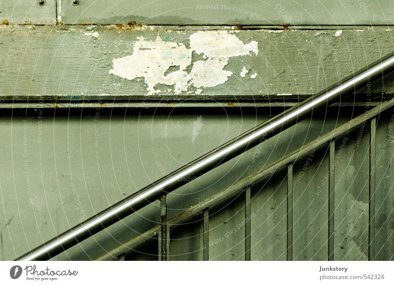 Berliner Schräge Stadt grün kalt grau Metall Treppe trist ästhetisch Beton Vergänglichkeit Verfall Rost Stadtzentrum Stahl U-Bahn