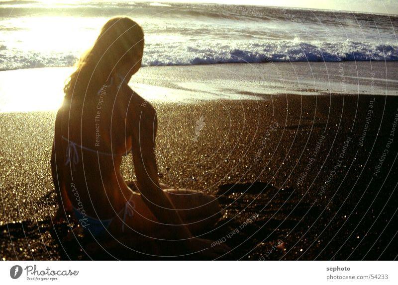 Rückenwind in der Sonne Frau Himmel Wasser Ferien & Urlaub & Reisen Mädchen Sommer Meer Strand schwarz ruhig Haare & Frisuren Sand Wellen Wind blond
