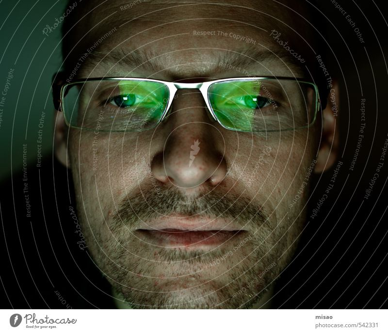 Nachtschicht Mensch Mann grün ruhig Gesicht Erwachsene Spielen Kopf maskulin Büro Haut Erfolg Computer lernen Brille Internet
