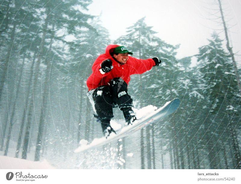 Glückssprung rot Freude Winter Wald Schnee lachen Glück springen Luft Fröhlichkeit hoch Geschwindigkeit Körperhaltung Jacke Begeisterung gestikulieren