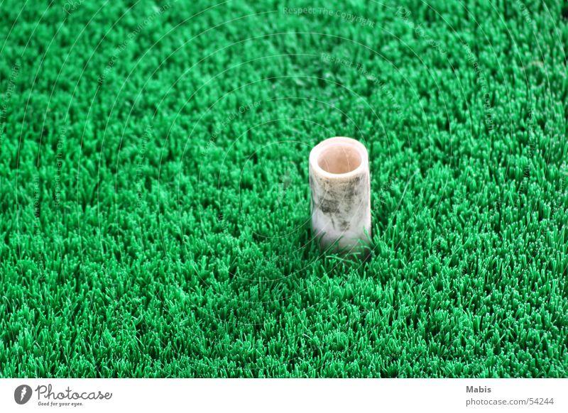 Pinöpsel auf grüner Matte weiß Statue Golf üben Golfplatz Matten