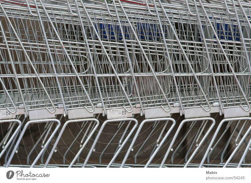 Schlange stehen Einkaufswagen Supermarkt Gitter silber