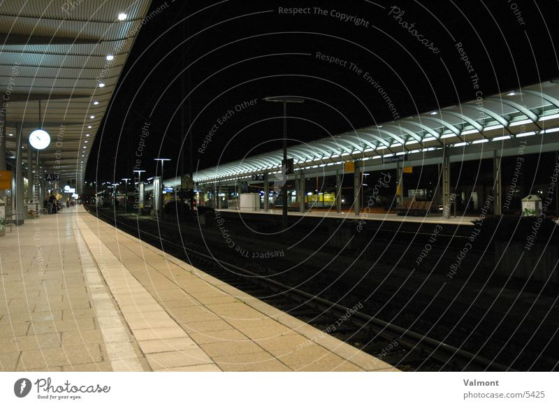 gleis eins Gleise Nacht Eisenbahn Europa Bahnhof Freiburg im Breisgau