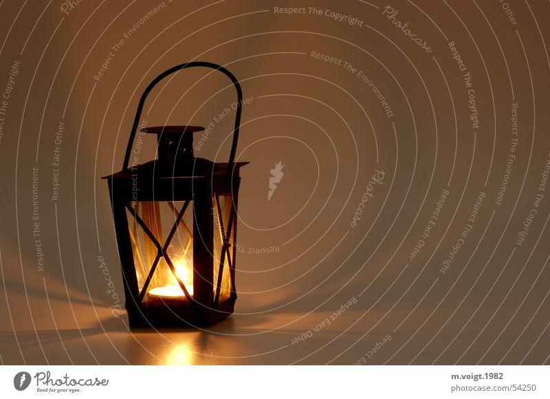 Laterne Farbfoto Studioaufnahme Nahaufnahme Textfreiraum rechts Hintergrund neutral Licht Schatten Lampe Kerze Kerzenschein Wärme Teelicht hängen Stimmung