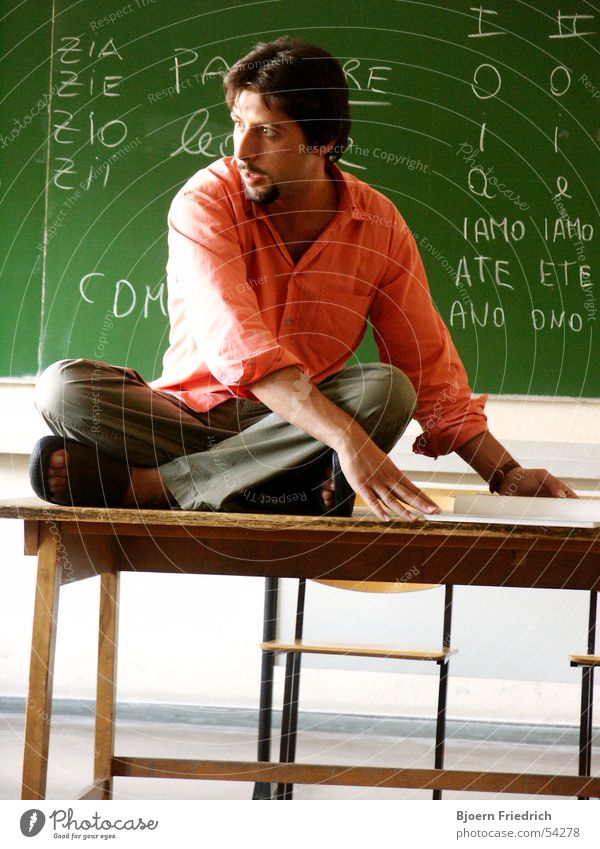 Italienisch Unterricht Mensch grün Freude Schule rosa Schilder & Markierungen sitzen Tisch Schriftzeichen Hemd Lehrer Schulunterricht Schwung Bildung Sprache