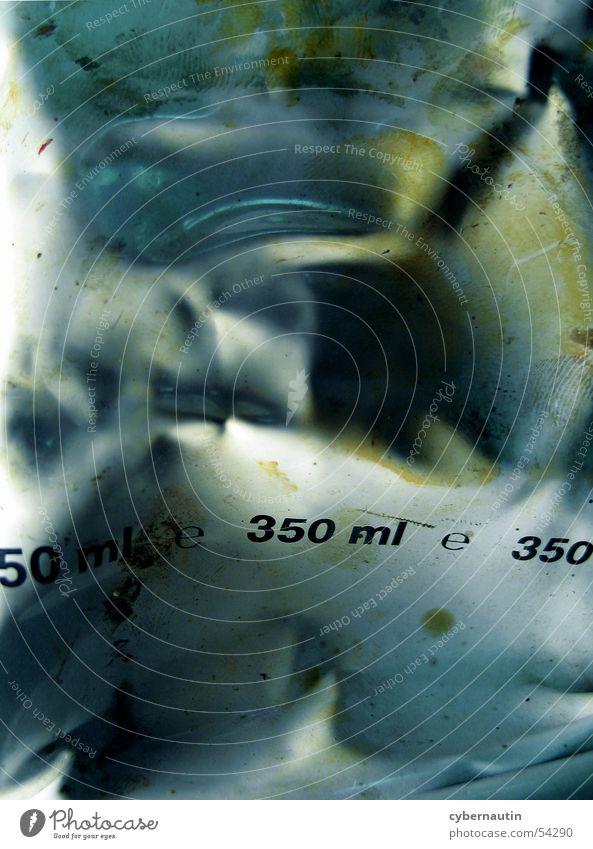 350 ml Ziffern & Zahlen gelb Typographie London Underground Schriftzeichen Farbe blau Detailaufnahme abstraktion