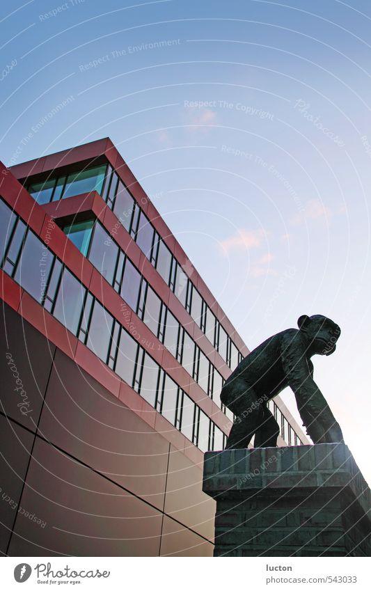 Affenhaus blau Stadt rot Fenster Gebäude Architektur Stein außergewöhnlich Kunst Metall braun Fassade Schönes Wetter Kultur Bankgebäude Wolkenloser Himmel