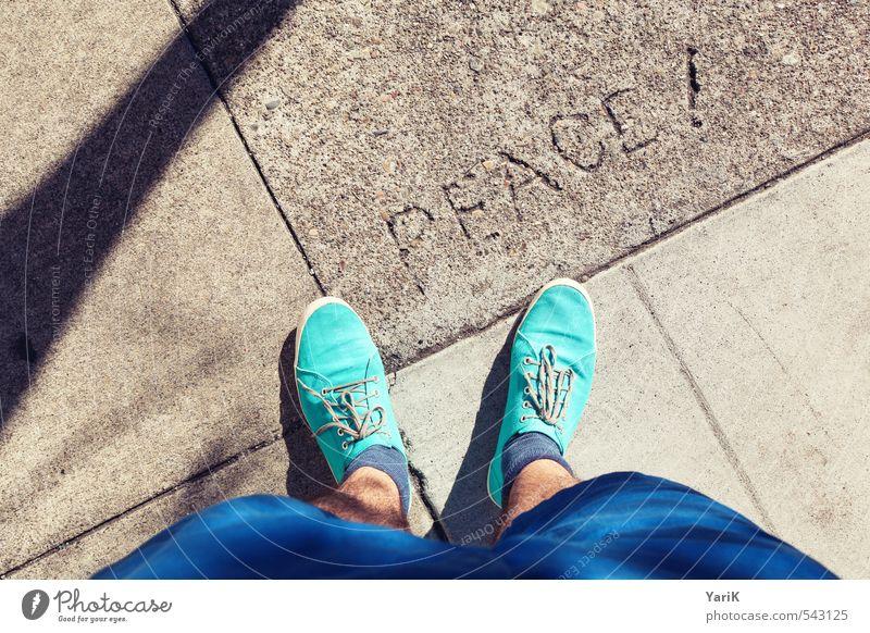 PEACE! Schuhe Mitgefühl gehorsam friedlich Güte Menschlichkeit Solidarität blau türkis Schuhbänder Strümpfe Bürgersteig Kunst Stein Heftpflaster Beton