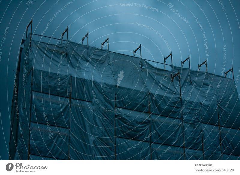 Große Plane ruhig Wetter gefährlich bedrohlich Baustelle Risiko Unwetter verstecken Sturm Baugerüst Abdeckung verpackt Gerüst Feierabend Wolkendecke