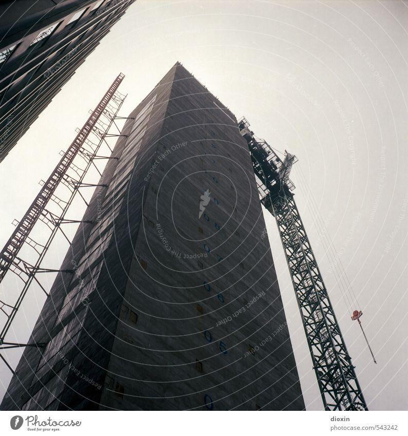 Turmbau Stadt Haus Gebäude Architektur Hochhaus groß Wachstum hoch bedrohlich Baustelle Bauwerk Bankgebäude Stadtzentrum Reichtum Hauptstadt