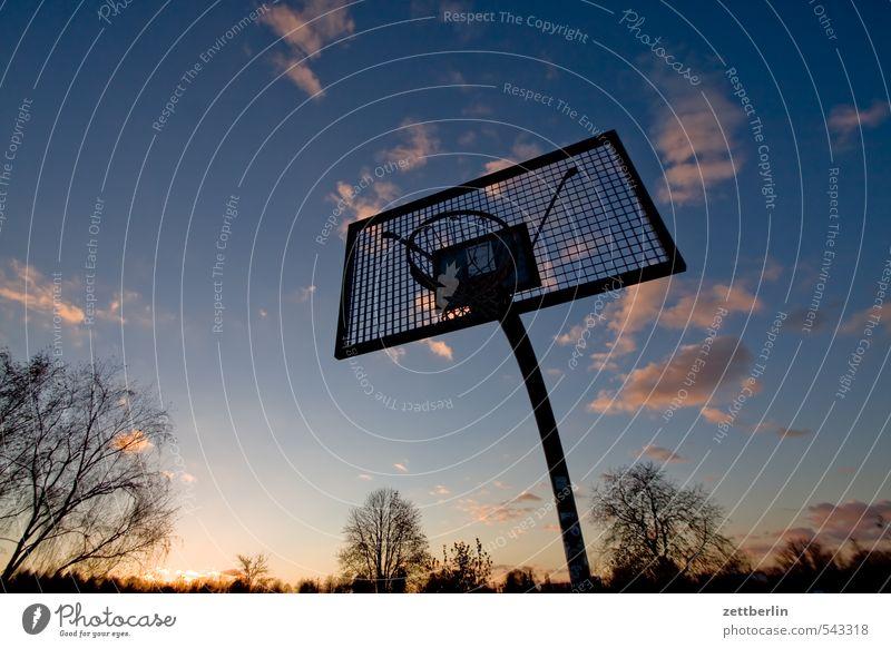 Basketball Abend Dämmerung Ferne Himmel Horizont Sonne Sonnenuntergang Wolken Spielen Sport Korb Ballsport Feierabend spielend Abstieg aufsteigen Außenaufnahme