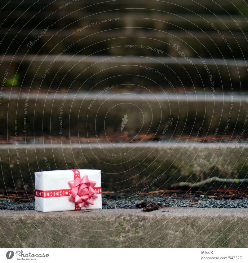 vergessen? Weihnachten & Advent liegen Treppe Geburtstag Geschenk Überraschung Reichtum Verpackung Post Valentinstag verloren schenken Paket Versand Muttertag