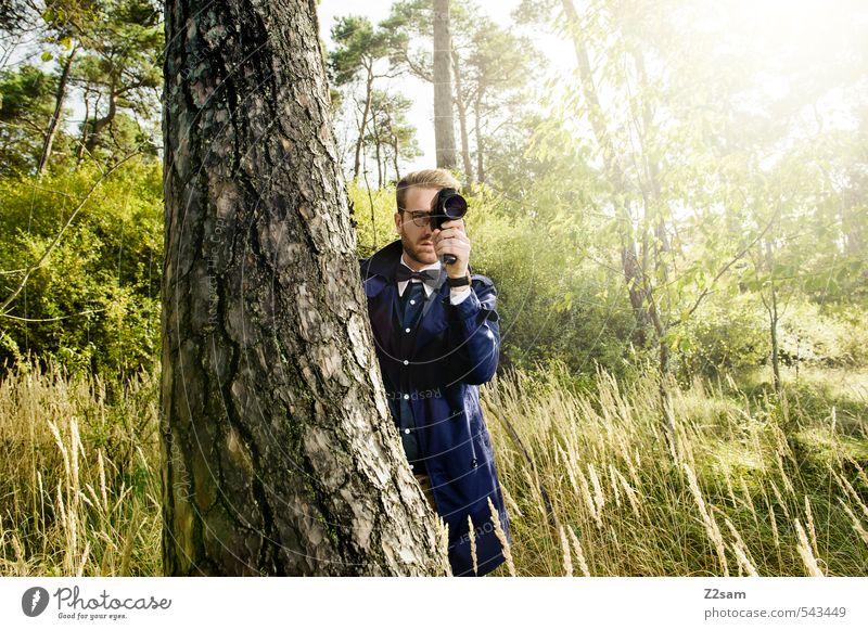 8mm Auf der Lauer! Jugendliche Baum 18-30 Jahre Junger Mann Wald Erwachsene Wiese Herbst Stil Mode maskulin elegant blond Lifestyle Sträucher beobachten