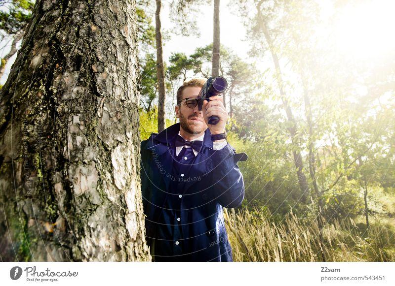 8mm Auf der Lauer! Lifestyle elegant Stil maskulin Junger Mann Jugendliche 18-30 Jahre Erwachsene Herbst Baum Sträucher Wiese Wald Trenchcoat Hemd Fliege Brille